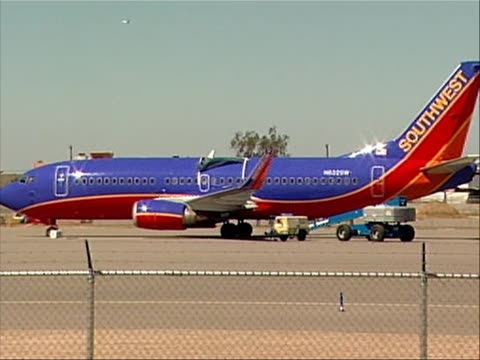 wide shot of southwest plane that made an emergency landing in yuma, arizona on april 1, 2011 due to structural problems. this caused the national... - südwesten stock-videos und b-roll-filmmaterial