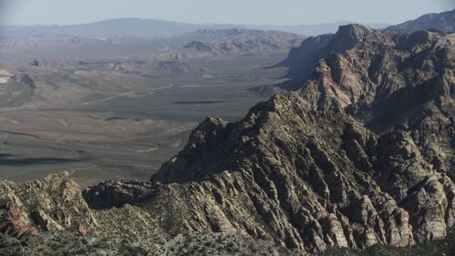 vidéos et rushes de wide shot of spring mountains in nevada - red rocks