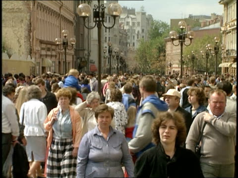 vídeos y material grabado en eventos de stock de wide shot of street crowded with people in moscow - 1980 1989