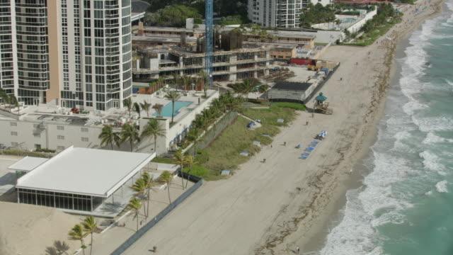 wide shot of sunny isles beach in miami - cabina del guardaspiaggia video stock e b–roll