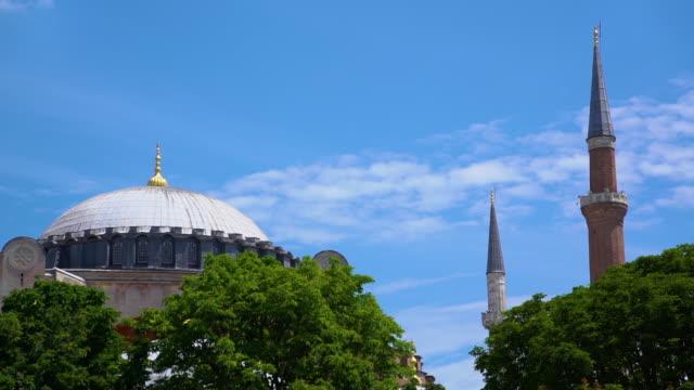 vídeos de stock e filmes b-roll de wide shot of tall towers and large mosque - exposto ao ar