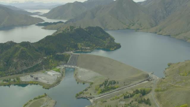 vidéos et rushes de wide shot of the benmore dam - nouvelle zélande