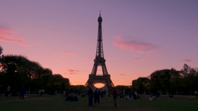 wide shot of the eiffel tower at dusk in paris, france on august 13, 2018. - aerial or drone pov or scenics or nature or cityscape stock videos & royalty-free footage