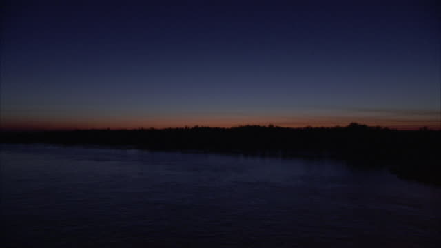 stockvideo's en b-roll-footage met wide shot of the fitzroy river at dusk - horizon over land