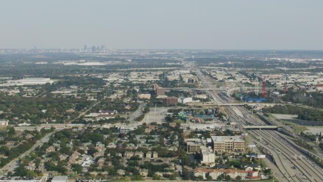 wide shot of the i-30 freeway at arlington with downtown dallas in the background - アーリントン点の映像素材/bロール