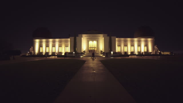 wide shot of the iconic griffith observatory in los angeles, california - griffith observatory stock videos & royalty-free footage