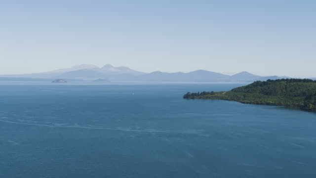 wide shot of the lake taupo with the tongariro national park in the background - ngauruhoe stock videos & royalty-free footage
