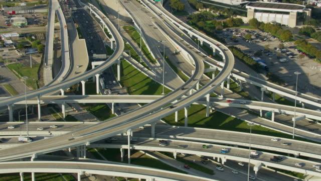 vidéos et rushes de wide shot of the mixmaster interchange in dallas - carrefour