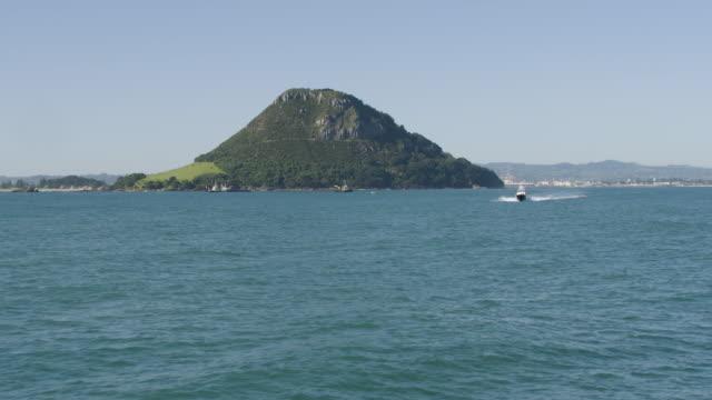 wide shot of the mount maunganui - モーターボート点の映像素材/bロール