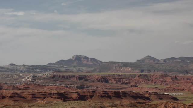 wide shot of the mountains in castle valley, utah - キャニオンランズ国立公園点の映像素材/bロール