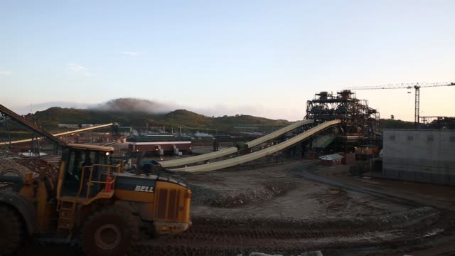 a wide shot of the refining and processing plant at the kibali gold mine operated by randgold resources ltd in kibali democratic republic of congo on... - wachmann stock-videos und b-roll-filmmaterial
