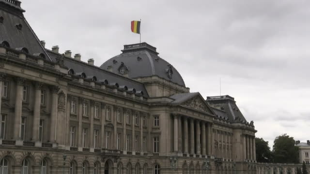 wide shot of the royal palace of brussels in brussels belgium - music or celebrities or fashion or film industry or film premiere or youth culture or novelty item or vacations bildbanksvideor och videomaterial från bakom kulisserna