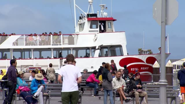 vidéos et rushes de a wide shot of the royal prince tour ship at fisherman's wharf with tourists walking around in san francisco on july 17 a medium shot of the royal... - bateau de voyageurs