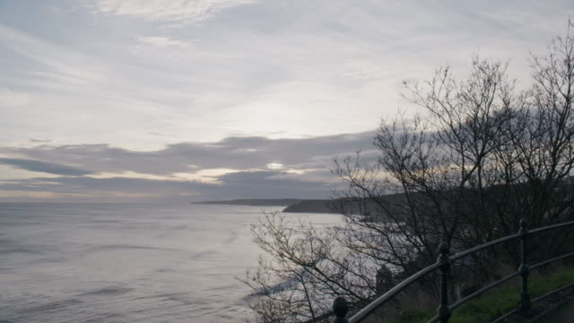 wide shot of the scarborough bay at sunset - scarborough inghliterra video stock e b–roll