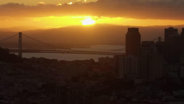 vídeos y material grabado en eventos de stock de wide shot of the setting sun seen from above san francisco - puente de la bahía san francisco oakland
