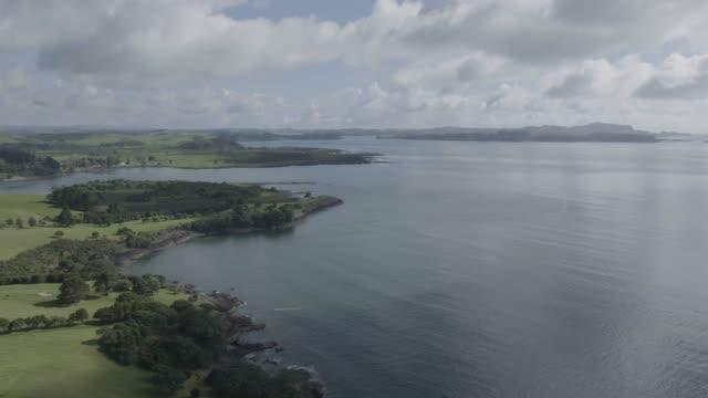 vidéos et rushes de wide shot of the teti bay - région du northland