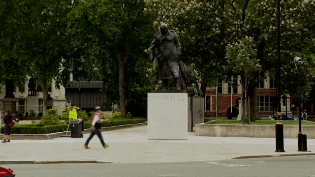 wide shot of the winston churchill statue in parliament square - wide stock videos & royalty-free footage