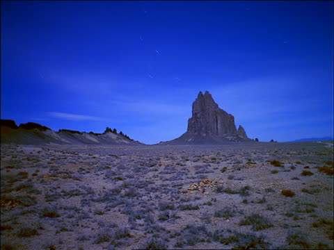 wide shot of time lapse stars, day to sunset, over monument valley - time of day stock videos & royalty-free footage