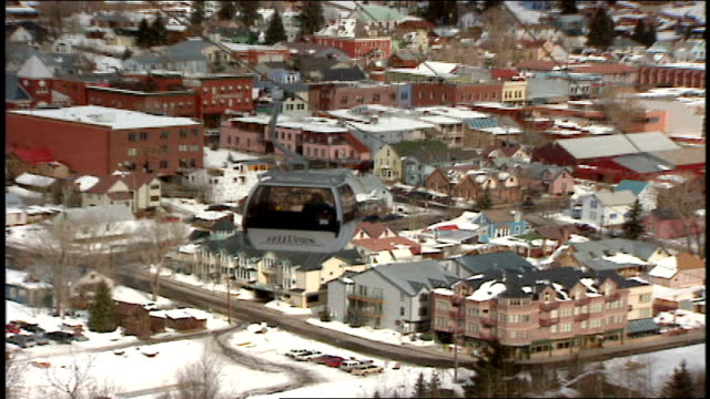 vídeos de stock e filmes b-roll de wide shot of town in valley between snow mountains in telluride colorado - roupa de esqui