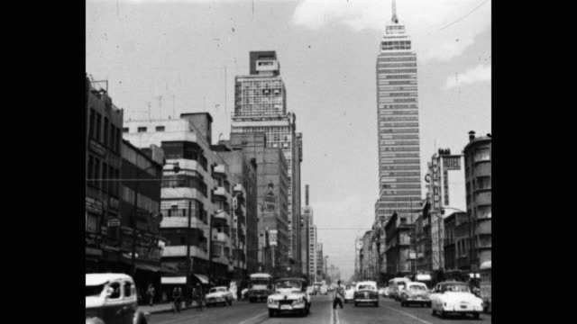 wide shot of traffic driving on street, past the torre latinoamericana, mexico city, mexico - torre latinoamericana stock videos & royalty-free footage