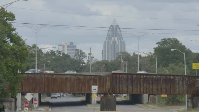 wide shot of traffic in downtown mobile, alabama - alabama stock-videos und b-roll-filmmaterial