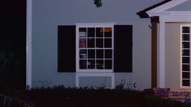 wide shot of window of house at night / lights turning on inside / santa barbara, california - an oder ausschalten stock-videos und b-roll-filmmaterial