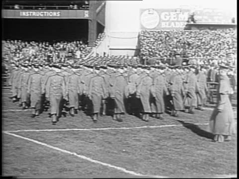 vidéos et rushes de wide shot of yankee stadium left field stands / wide shot of cadets marching in formation onto the field / wide shot of right field stands / notre... - élève officier