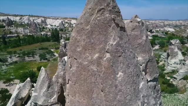 vídeos de stock e filmes b-roll de wide shot over natural landscape with rocks - exposto ao ar