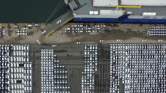 vídeos de stock e filmes b-roll de wide shot, overhead aerial, birds eye view of hyundai motor co vehicles bound for export are driven into a hyundai glovis co roll-on/roll-off cargo... - desodorante