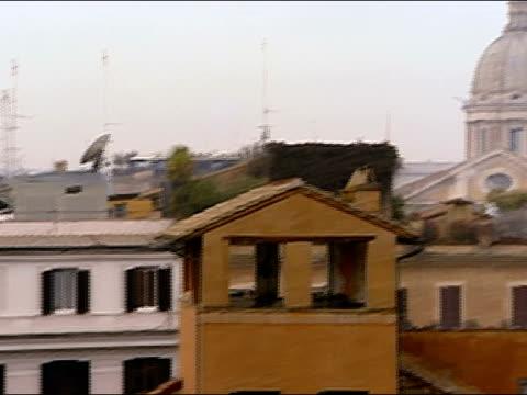 vídeos de stock e filmes b-roll de wide shot pan across rooftops to church dome / rome, italy - frontão triangular