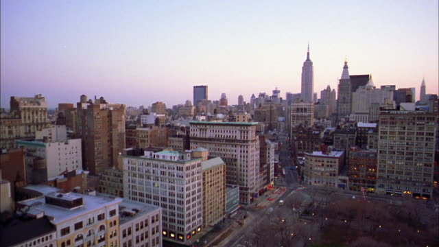 wide shot pan city skyline w/empire state building and central park south / manhattan / nyc - 2001 bildbanksvideor och videomaterial från bakom kulisserna