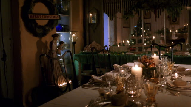 vidéos et rushes de wide shot pan dinner table in room decorated with christmas theme - repas