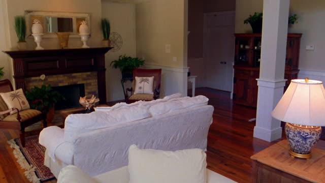 stockvideo's en b-roll-footage met wide shot pan empty living room in house - deurkozijn