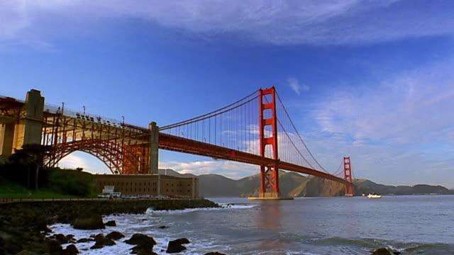 vídeos y material grabado en eventos de stock de wide shot pan golden gate bridge and san francisco bay - tiempo real