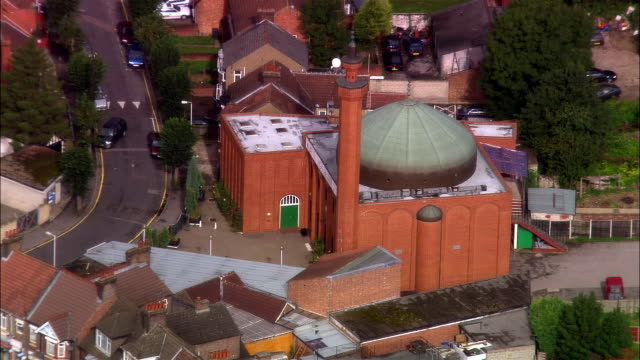 wide shot pan houses surrounding luton mosque/ luton, bedfordshire, england - moschea video stock e b–roll