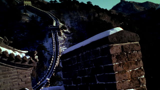 wide shot pan mutianyu section of great wall of china in winter - mutianyu stock-videos und b-roll-filmmaterial
