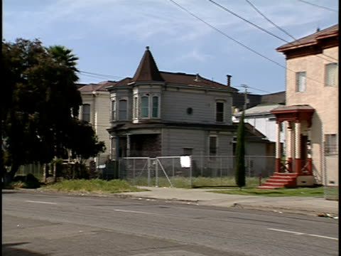 2000 wide shot pan run-down houses lining city street/ oakland, california, usa - oakland verwaltungsbezirk alameda county stock-videos und b-roll-filmmaterial