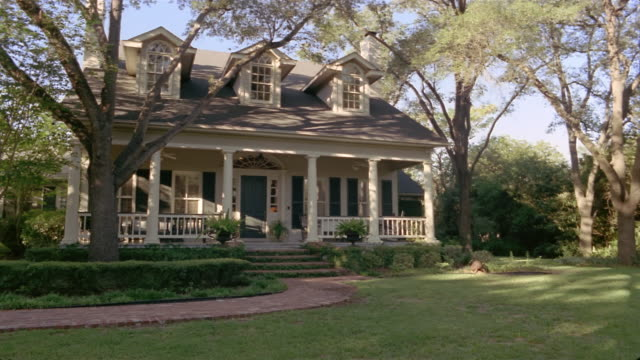 stockvideo's en b-roll-footage met wide shot pan suburban house and lawn/ san antonio, texas - gevel