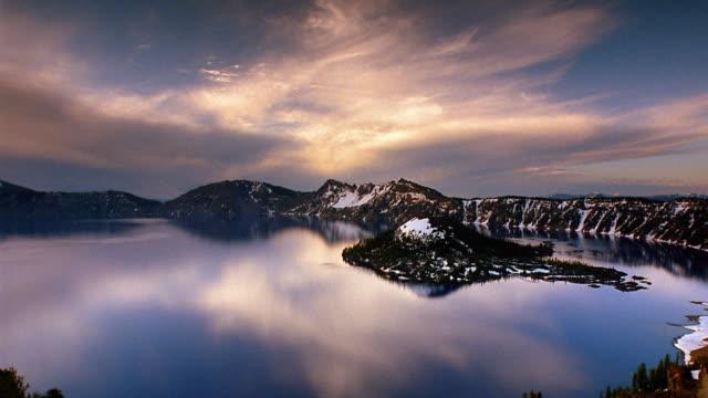 vídeos y material grabado en eventos de stock de wide shot pan time lapse clouds rolling over crater lake / mount mazama, oregon - monte mazama