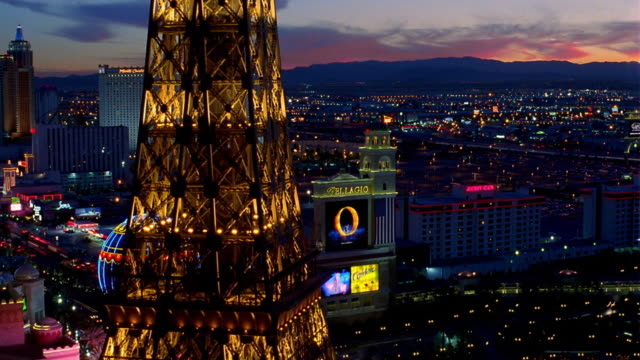 wide shot pan time lapse past eiffel tower replica to las vegas strip at night / las vegas, nevada - replica della torre eiffel video stock e b–roll