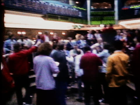 1987 wide shot pan traders gesturing and shouting on exchange floor / chicago board of trade / audio - 1987 stock-videos und b-roll-filmmaterial
