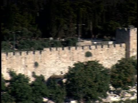 vídeos de stock e filmes b-roll de 2006 wide shot pan western wall surrounding jerusalem old city/ jerusalem, israel - por volta do século 7 dc