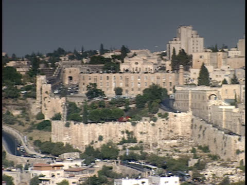 2006 wide shot pan western wall surrounding jerusalem old city/ jerusalem, israel - surrounding wall stock-videos und b-roll-filmmaterial