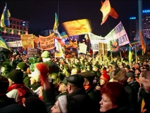 wide shot pan yushchenko supporters waving orange flags at orange revolution rally / ukraine / audio - cinematografi bildbanksvideor och videomaterial från bakom kulisserna