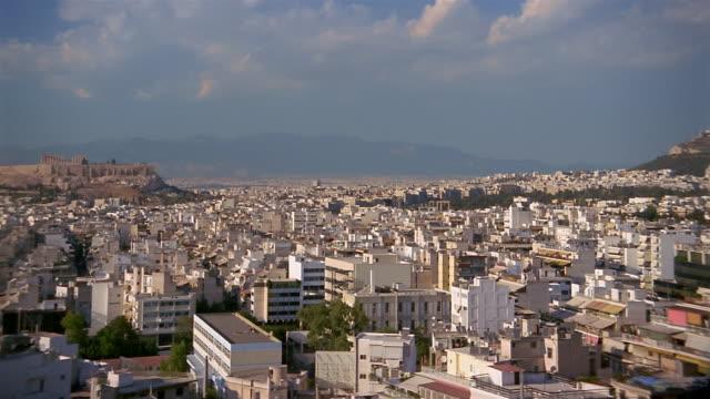 vídeos y material grabado en eventos de stock de wide shot pan zoom out over the city from lykavittos hill to acropolis / athens, greece - 2004