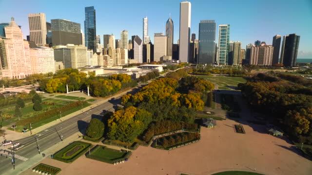 wide shot panning from buckingham fountain to chicago skyline - グラントパーク点の映像素材/bロール