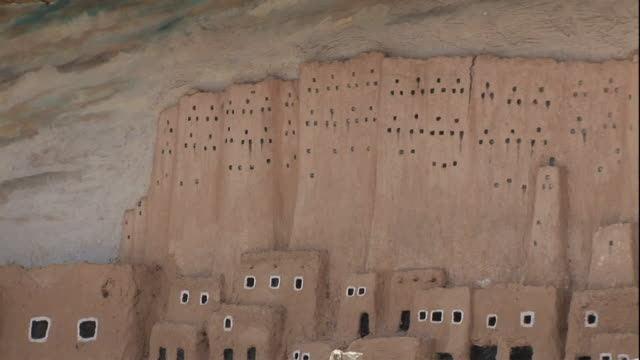 wide shot, pan-right - a diorama provides a visual presentation of the ancient shali fortress at siwa oasis / egypt - cliff dwelling stock videos & royalty-free footage