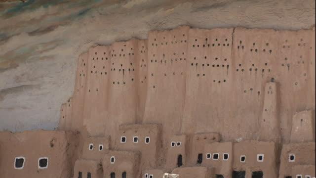 wide shot, pan-right - a diorama provides a visual presentation of the ancient shali fortress at siwa oasis / egypt - adobe bildbanksvideor och videomaterial från bakom kulisserna