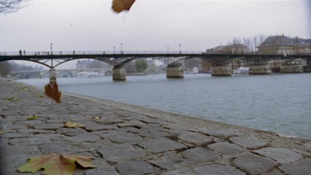 vidéos et rushes de wide shot passarelle des arts on seine / paris, france - 2005