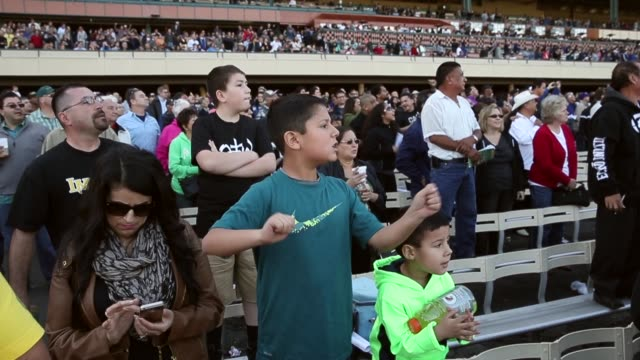 wide shot people cheers in the track stands at the final racing day at betfair hollywood park the historic betfair hollywood park racetrack is... - schlußtag stock-videos und b-roll-filmmaterial